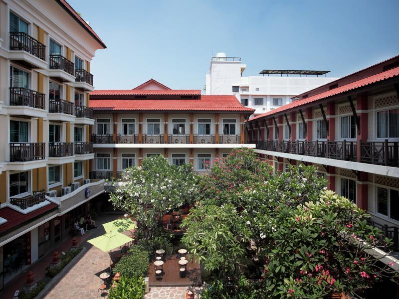 Rambuttri_village_hotel