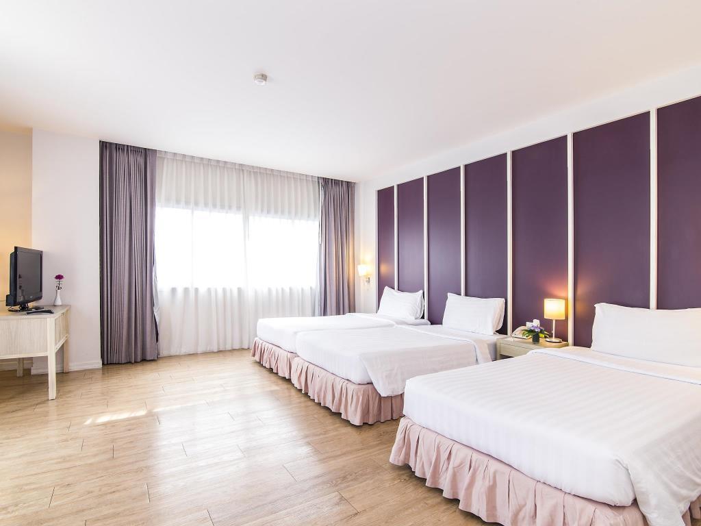 Trang Hotel Bangkok Deluxe Bed Tripple