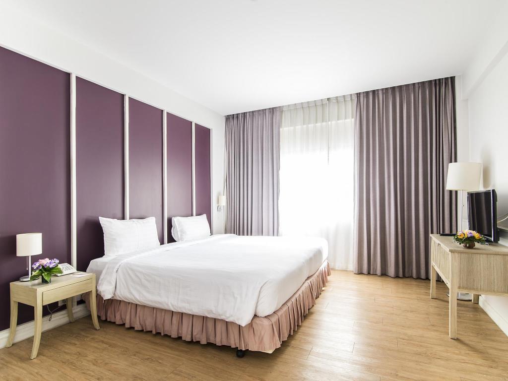 Trang Hotel Bangkok Deluxe Bed