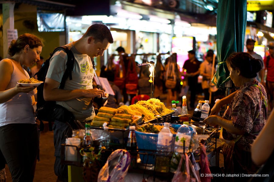 buying pad thai khao san